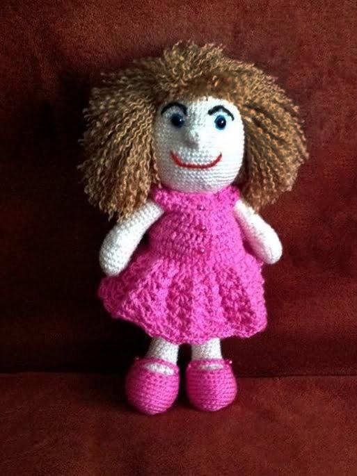 Pletená hračka biela, fialové šaty, hnedé vlasy, dievčatko- Anna Mokrá | Hendikup