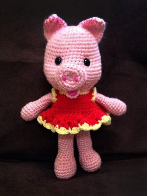Pletená hračka prasiatko ružové v čevených šatách- Anna Mokrá | Hendikup
