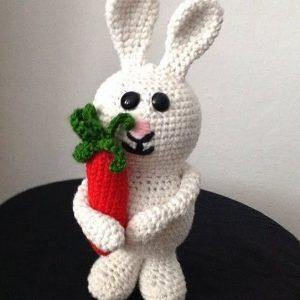 Pletená hračka biely zajko s červenou mrkvičkou - Anna Mokrá | Hendikup