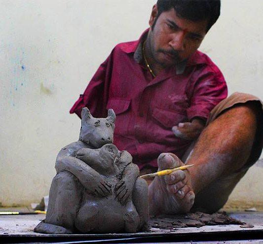 Dhiraj Satavilkar modeluje keramiku bez rúk | Hendikup