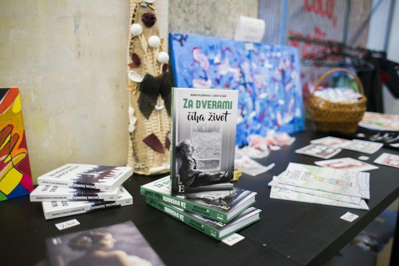 Fotka knihy za dverami číha život | Hendikup