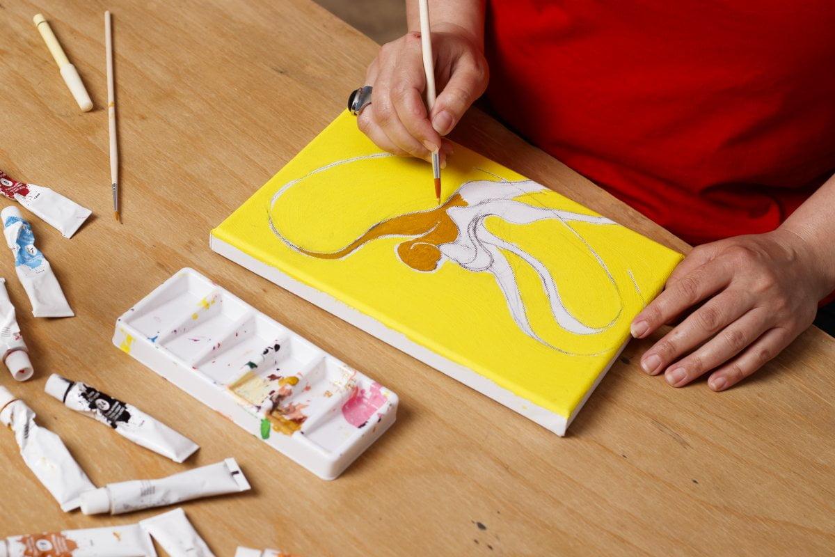 Fotka ako žena maľuje obraz | Hendikup